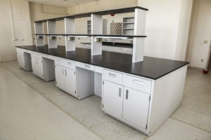 Steel D5 - efficient placement of shelving keeps countertops clear.